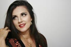 Schönheitsmädchen mit glücklichem tiefem Traumblick, schönes Make-upmädchen, brauner Make-upausdruck Stockbild
