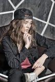Schönheitsmädchen mit Hippie-Blick und -art Sinnliche Frau in der Kappe auf langem Haar Frau mit denkendem Gesicht entspannen sic Lizenzfreies Stockfoto