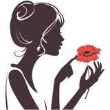 Schönheitsmädchen mit roter Mohnblume Stockfoto