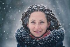 Schönheitsmädchen-Winterporträt mit Fliegenschneeflocken Stockfotos