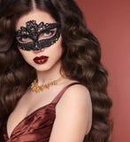 Schönheitsmädchenporträt in der venetianischen Spitzemaske Gewellte Frisur heal lizenzfreie stockfotografie
