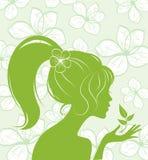Schönheitsmädchenschattenbild auf Blumenhintergrund Lizenzfreies Stockfoto