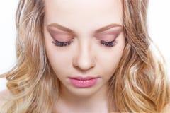 Schönheitsmake-up für blaue Augen Schöne Gesichtsnahaufnahme Vervollkommnen Sie Haut, lange Wimpern, bilden Sie Konzept Lizenzfreie Stockfotos