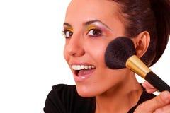 Porträt der attraktiven jungen erwachsenen Frau, die Blusher anwendet lizenzfreie stockfotos