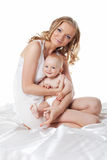 Schönheitsmamma mit Sohnportrait auf der Seide getrennt Lizenzfreie Stockfotografie