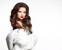 Schönheitsmode Frau im Luxuspelz-Mantel lokalisiert auf weißem backgr stockfotos