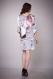 Schönheitsmode kleidet zufälligen Sammlungsfrauen-Modell Brunette stockfotografie