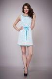 Schönheitsmode kleidet zufälligen Sammlungsfrauen-Modell Brunette stockfotos