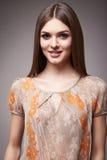 Schönheitsmode kleidet zufälligen Sammlungsfrauen-Modell Brunette lizenzfreie stockbilder