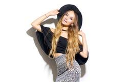 Schönheitsmode-modell-Mädchen, das stilvollen Hut trägt lizenzfreie stockbilder