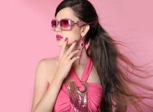 Schönheitsmode-modell-Mädchen in der Sonnenbrille mit hellem Make-up, lang Lizenzfreie Stockfotos