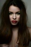 Schönheitsmode-modell mit den roten Lippen und den Händen auf Brüsten Stockfotografie