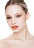 Schönheitsmode-modell mit natürlicher Make-uphautpflege Stockfotos