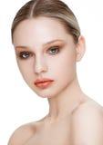 Schönheitsmode-modell mit natürlicher Make-uphautpflege Lizenzfreie Stockfotos