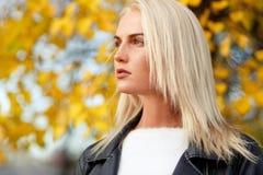 Schönheitsmodell mit dem gerade langen blonden Haar draußen Stockbild