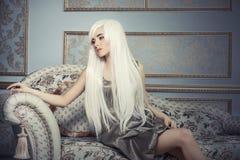 Schönheitsmodell mit dem weißen Haar des langen Platins im backg Lizenzfreie Stockfotos