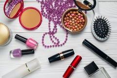 Schönheitsmodezusammensetzung mit Make-uphalsketten-Ölcreme lizenzfreie stockfotografie