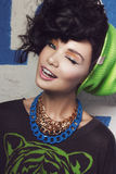 Schönheitsnahaufnahmeporträt des Brunettemädchens im grünen Hut Stockfotografie