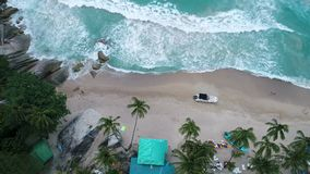 Schönheitsnaturlandschaft mit Strand, Meer und Dschungel auf Thailand Brummenvideo 4K stock video footage
