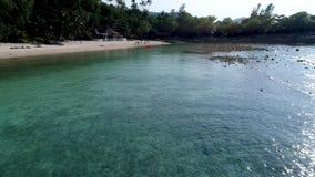 Schönheitsnaturlandschaft mit Strand, Meer und Dschungel auf Thailand Brummenvideo 4K stock footage