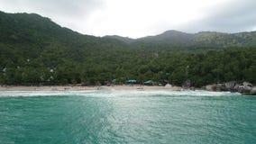 Schönheitsnaturlandschaft mit Strand, Meer und Dschungel auf Thailand Brummenvideo 4K stock video