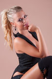 Schönheitsparty-girl im schwarzen Kostüm Stockbild
