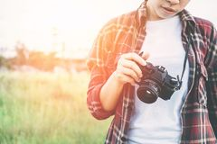 Schönheitsphotographiehand, die Retro- Kamera in der Gleichheit hält Stockfotografie