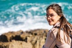 Schönheitsporträt auf dem Ufer mit unscharfen Hintergrundwellen stockfotos