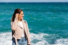 Schönheitsporträt auf dem Ufer mit unscharfen Hintergrundwellen lizenzfreie stockfotografie