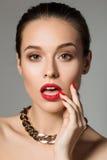 Schönheitsporträt der überraschten jungen Brunettefrau Stockfotos