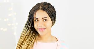 Schönheitsporträt der Afroamerikanerfrau mit Afrofrisur- und Zaubermake-up auf bokeh Hintergrund stockbild