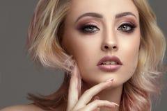 Schönheitsporträt der blonden attraktiven Frau Stockbilder