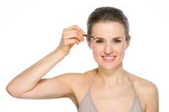 Schönheitsporträt der Frau braunen Lidstrich anwendend Stockfotografie