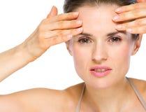 Schönheitsporträt der Frau Gesichtshaut überprüfend Lizenzfreie Stockfotografie