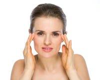 Schönheitsporträt der Frau Gesichtshaut überprüfend Lizenzfreies Stockfoto