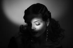 Schönheitsporträt der Frau im Retrostil Addieren Sie Geräusche und Filter Stockfotografie