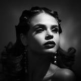 Schönheitsporträt der Frau im Retrostil Addieren Sie Geräusche und Filter Stockfoto