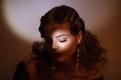 Schönheitsporträt der Frau im Retrostil Addieren Sie Geräusche und Filter Stockbild