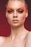 Schönheitsporträt der Frau mit rotem Make-up Lizenzfreie Stockfotos