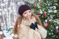 Schönheitsporträt der jungen attraktiven Frau über schneebedecktem Weihnachten stockfotografie