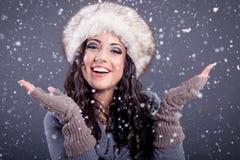 Schönheitsporträt der jungen attraktiven Frau über schneebedecktem Weihnachten b lizenzfreie stockfotos