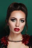Schönheitsporträt der jungen Brunettefrau im schwarzen Korsett stockfoto