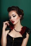 Schönheitsporträt der jungen Brunettefrau im schwarzen Korsett stockfotos