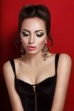 Schönheitsporträt der jungen Brunettefrau im schwarzen Korsett lizenzfreie stockbilder