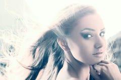 Schönheitsporträt der jungen Frau gegen grelles Licht Lizenzfreie Stockfotos