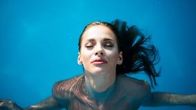 Schönheitsporträt der jungen Frau im Wasser stockbilder