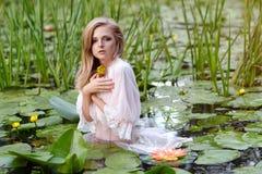 Schönheitsporträt der jungen Frau im Wasser Mädchen mit leichtem Make-up im See unter Lotos und Seerosen outdoor Stockbilder
