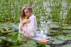 Schönheitsporträt der jungen Frau im Wasser Mädchen mit leichtem Make-up im See unter Lotos und Seerosen outdoor Lizenzfreies Stockbild