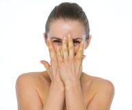 Schönheitsporträt der jungen Frau versteckend hinter Händen Stockfoto