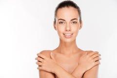 Schönheitsporträt der nackten Frau ihre Brust bedeckend Lizenzfreies Stockbild